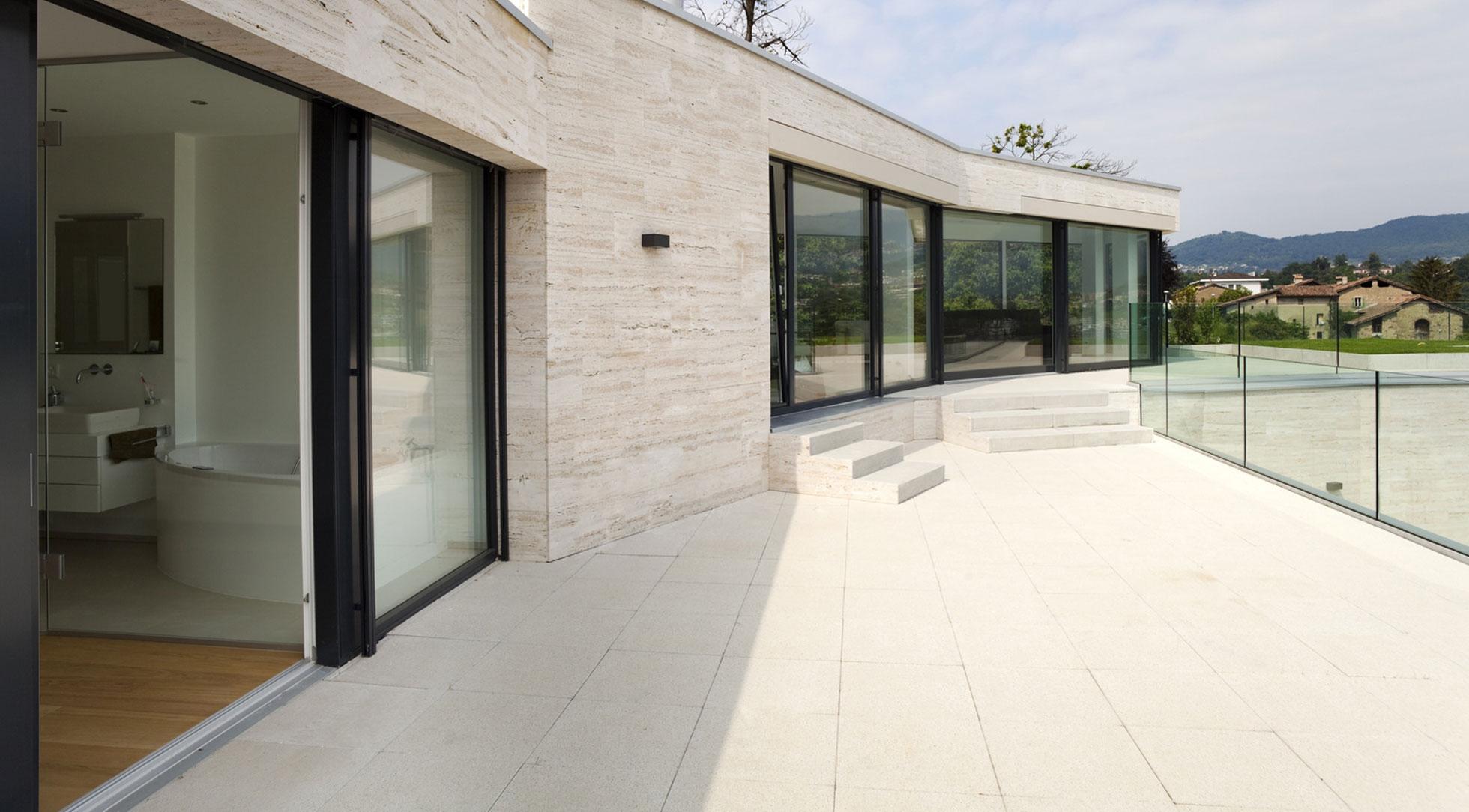 Okna Samoraj porta alzante scorrevole in pvc, due guarnizioni in EPDM